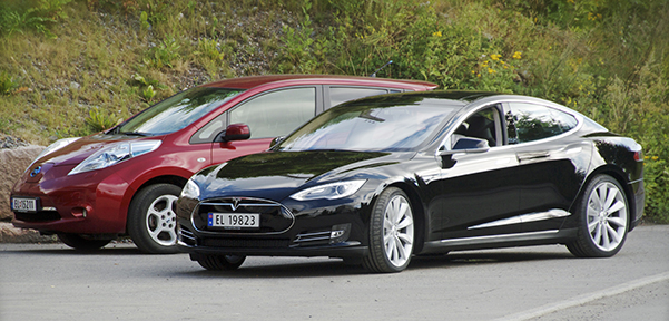 Left, Nissan Leaf and right, Tesla Model S by Norsk Elbilforening licensed under the Creative Commons Attribution 2.0 Generic Licence